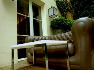 Aménagement de la terrasse avec canapé Chesterfield