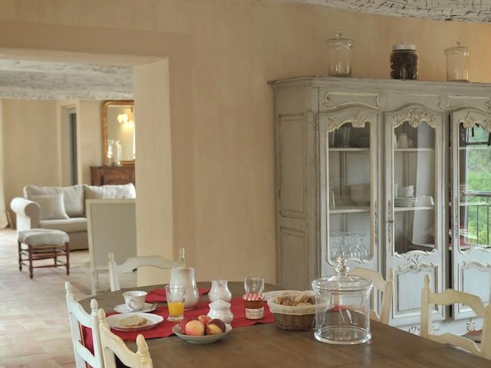 Armoire vaisselier en bois avec portes sous forme de vitrines