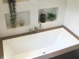 Baignoire Villeroy et Boch avec un intérieur en béton ciré blanc