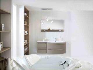 Baignoire d'angle dans salle de bain marron glacé