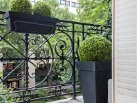 Balcon aménagé avec quelques plantes vertes