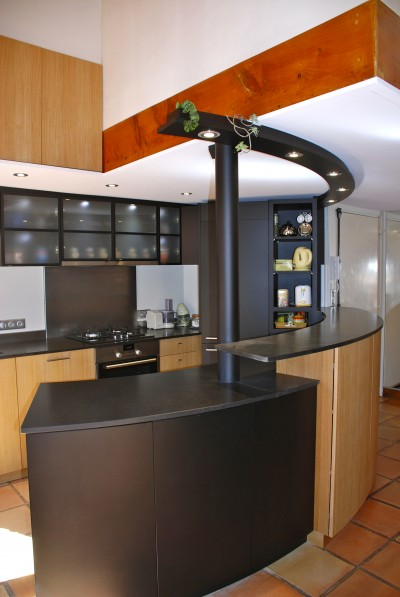 Bar avec colonne peinte en noir