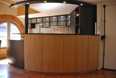 Bar revêtement bois et plan de travail en granit