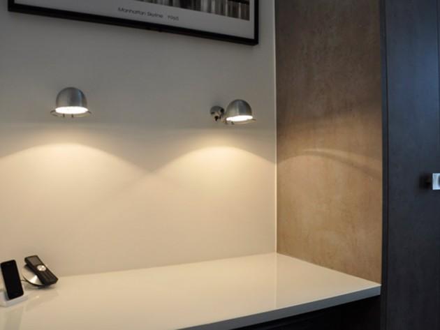 Bureau avec appliques au mur
