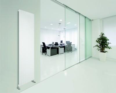 Bureau blanc avec baies vitrées