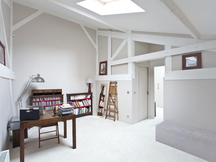 Bureau blanc composé de meubles en bois naturel