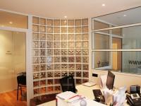 Bureau rénové avec cloisons vitrées
