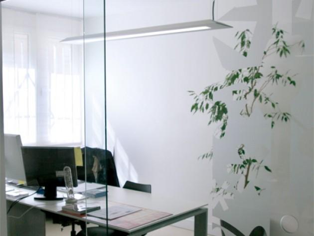 Bureau séparé d'une vitre en verre