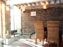 Cabinet immobilier avec mur en briques