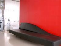 Canapé cuir noir et dossier en forme de vague