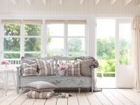 Canapé en bois et ses coussins