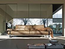 Canapé en cuir et plaid marron avec coussin à motif mosaïque