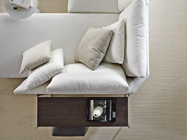 Canapé en méridienne de couleur blanc avec coussins de taille différente