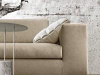 Canapé en tissu beige et pied en métal