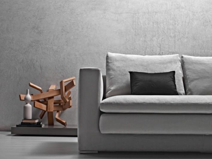 Canapé en tissu gris avec coussin
