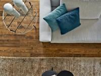 Canapé et ses coussins de couleurs différentes