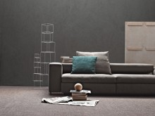 Canapé lit moderne et gris avec coussins décoratifs