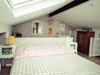 Chambre : Vue sur le lit et l'espace  beauté