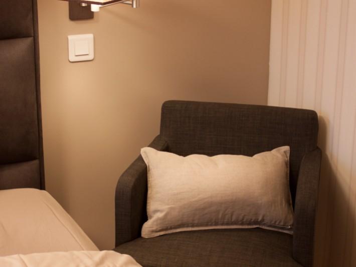 Chambre à Coucher Avec Fauteuil En Tissu