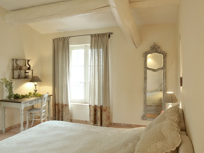 d coration ferme de cabassude villa medicis chambre coucher avec poutres apparentes. Black Bedroom Furniture Sets. Home Design Ideas