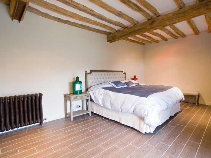 Chambre à coucher avec tête de lit capitonnée