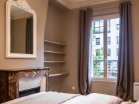 Chambre à coucher avec une cheminée décorative en marbre