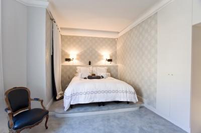 Chambre à coucher vue sur le lit