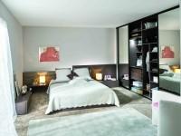 Chambre avec armoire dressing design en imitation bois