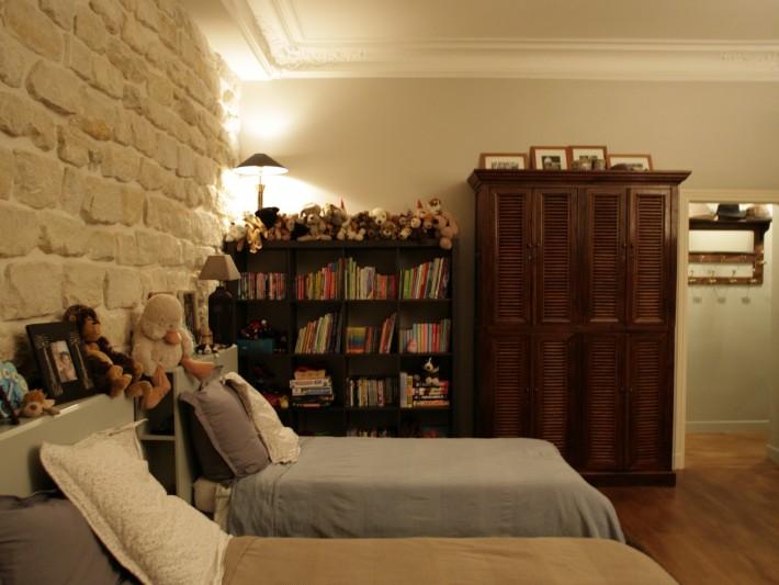 Chambre avec bibliothèque noir et armoire en bois