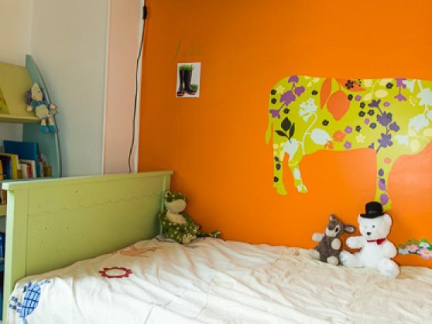 Chambre avec décoration murale enfantine
