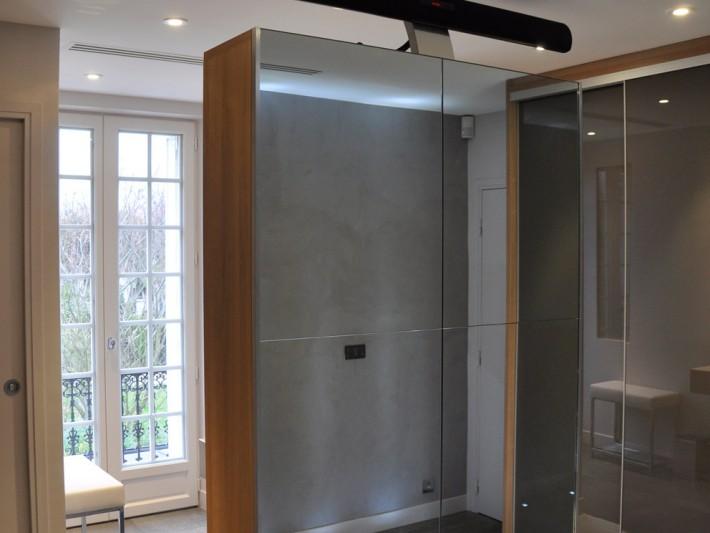 Chambre avec grands placards et miroirs