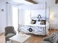 Chambre avec lit baldaquin