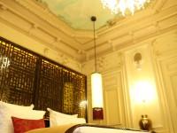 Chambre avec moulures au plafond