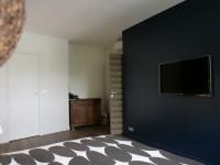 Chambre avec porte en bois