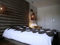 Chambre avec tete de lit en bois et suspension lumineuse boule