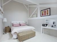 Chambre blanche et rose avec décorations en bois clair