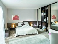 Chambre classique avec grande armoire dressing