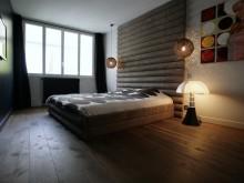 Chambre classique avec tete de lit en bois