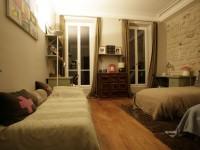 Chambre conviviale avec mur de pierre de parement