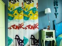Chambre d'adolescent : rideaux tagués
