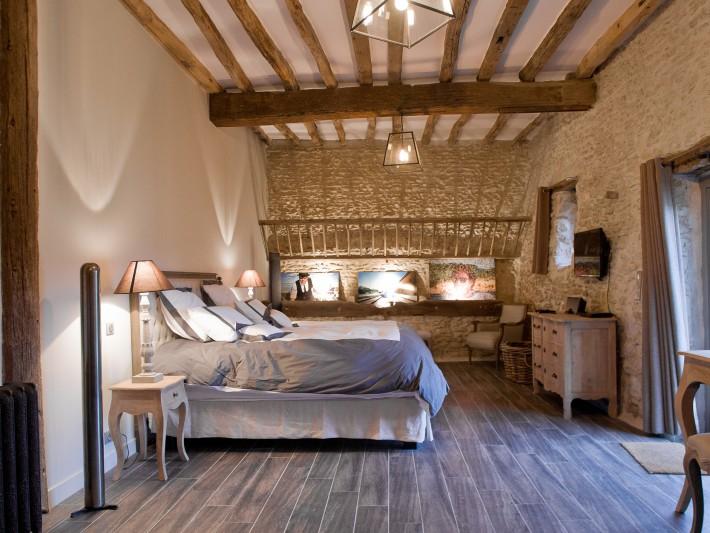 Chambre d'amis authentique et moderne avec poutres décoratives