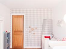 Chambre de bébé avec papier peint losange