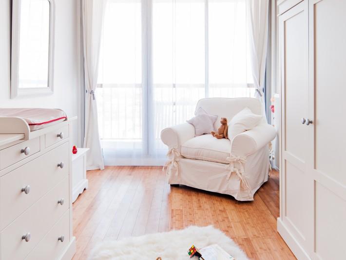 Chambre de bébé lumineuse avec fauteuil