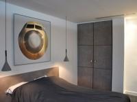 Chambre des invités, contemporaine avec rangements et appliques suspendues