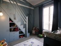Chambre enfant avec mezzanine et rangements sous escaliers