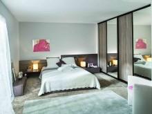 Chambre lumineuse avec moquette beige