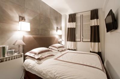 Chambre moderne avec carrelage mural