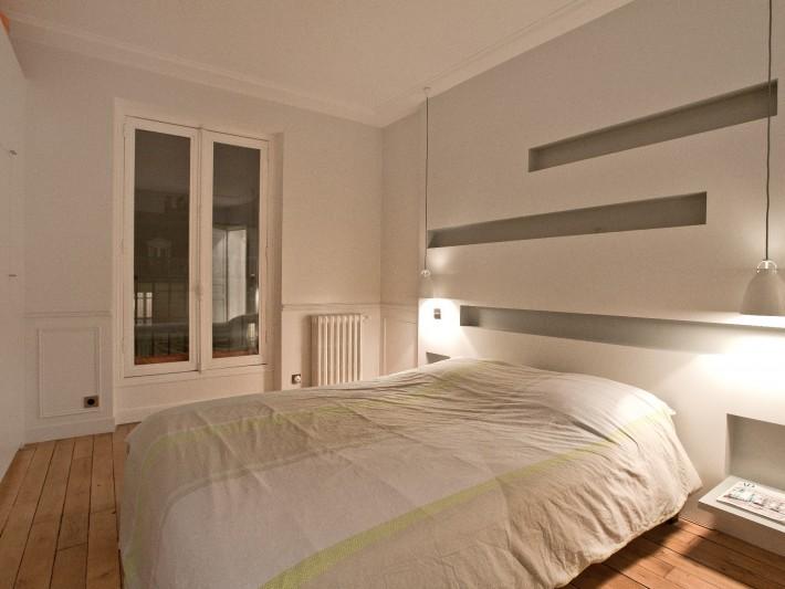 Chambre parentale avec tête de lit en bois