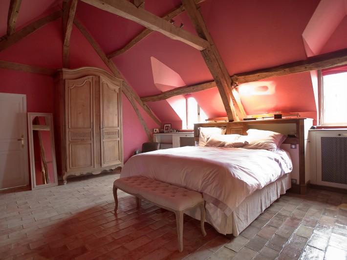 Chambre rose avec carrelage en pierre naturelle