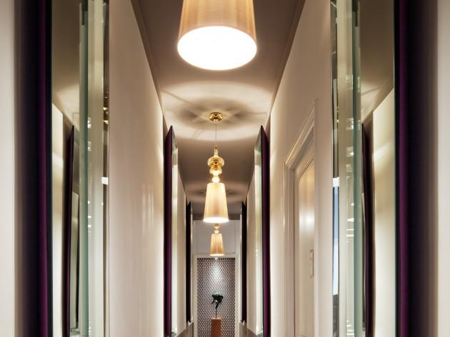 Corridor avec des jeux de reflets et perspective